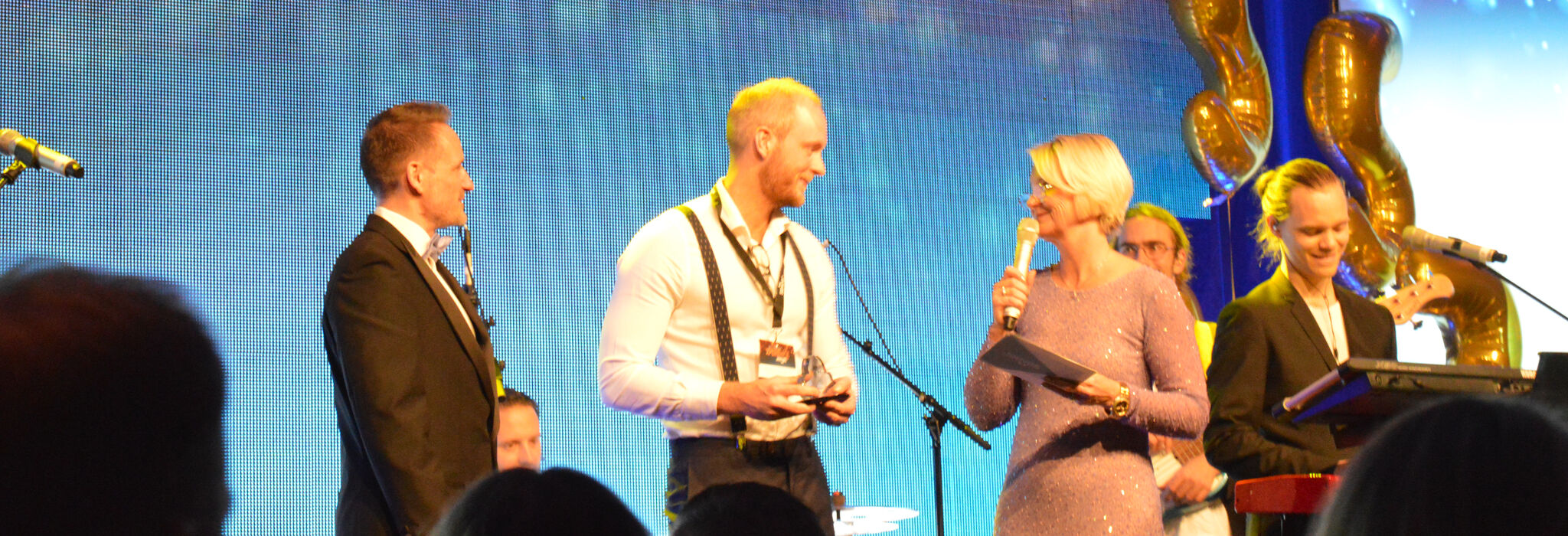 Sebastian Christensson, IS/IT Manager på TePe tar emot priset för Jeeves Innovation Award